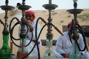 ドバイ郊外にある砂漠で、観光客向けのシーシャ