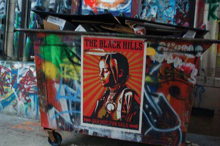 「ブラックヒルズは売り物じゃない」。ラピッドシティーの南東にあるパインリッジ居留地を撮り続けている写真家アーロン・ヒューイと、2008年大統領選でオバマの「HOPE」ポスターを制作したシェパード・フェアリーの合作だという