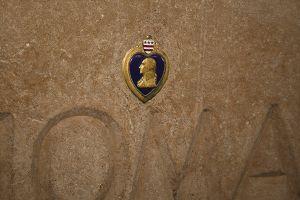 回廊に埋め込まれた、パープルハートの勲章