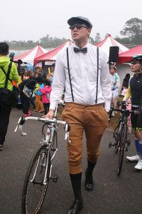 コスプレで参加した男性サイクリスト