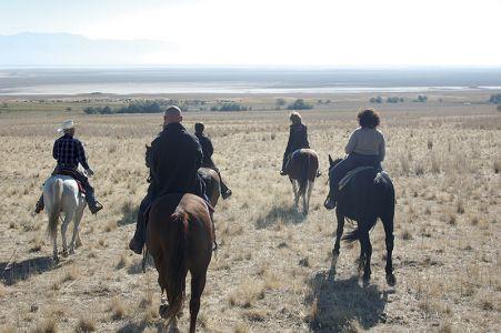 オープンレンジでの乗馬。腹筋と背筋を伸ばして、自分の体が馬の一部になったような気持ちで乗るのがコツ