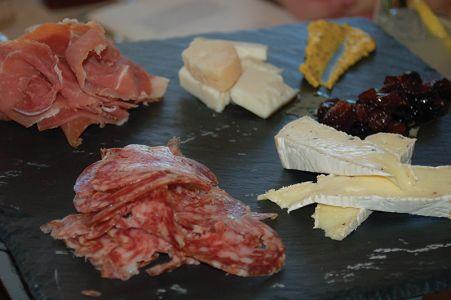 「シャクーテリーとチーズの盛り合わせ」。自家製マスタード、ゴールデンレーズン・メープル・コンポート、砂漠の名物デーツのジャムと合わせて=リッツ・カールトンのダイニングで