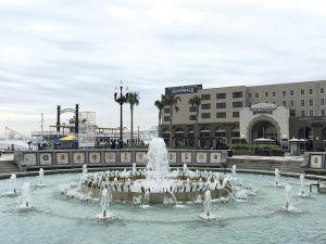 リバーウォークのスパニッシュ・プラザの噴水。後方は新しいショッピングモール