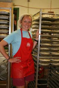 新鮮なチェリーを使ったパイも、毎日大量につくられる