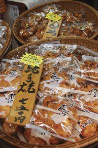 箸(はし)を使って1枚ずつ手焼きする、せんべいの「櫻屋本店」。塩を一切使わない「白焼せんべい」は、甘みがあって米の味が楽しめる