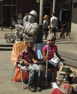 ストリート・パフォーマーと記念撮影する子供=ジャクソン・スクエアで