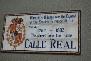 フレンチ・クオーターで見かけるスペイン語の標識は、スペイン統治時代の名残