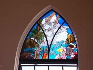 教会のステンドグラスの絵。セイシェルの歴史や文化、南国のイメージをモチーフにしている