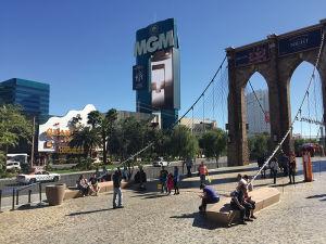 「ニューヨーク・ニューヨーク」と「モンテ・カルロ」の間にあるベンチは、人気のスポット