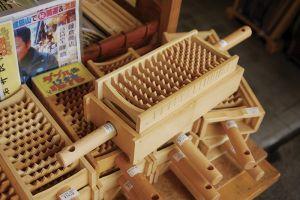 竹細工、竹製品ならお任せ、「藤倉商店」。オリジナルの「竹製大根おろし」は、ダイコンの栄養分とうまみを殺さない、と評判