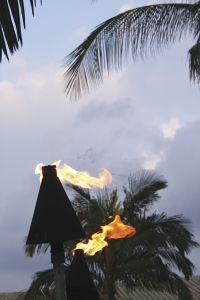 日が暮れるとたいまつに火がともる