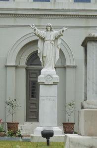 セントルイス大聖堂の裏庭にあるキリスト像。そのポーズがフットボールの審判に似ていることから「タッチダウン・ジーザス」と呼ばれる