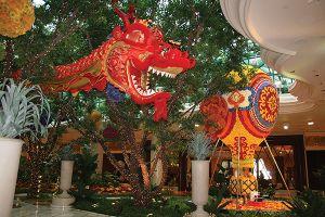 「ウィン」の、花びらでできた熱気球と、ドラゴンの飾り