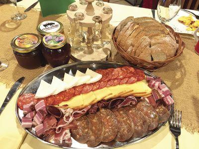 ソーセージ、手作りのジャム、スリーボビッツアの朝食=ポーツェガの宿「Zlatni Lug」で