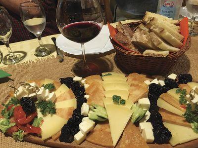 チーズの盛り合わせとワイン=ポーツェガの宿「Zlatni Lug」で