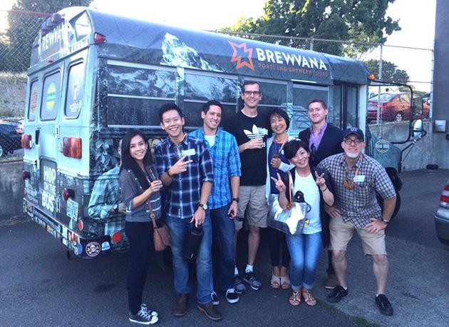 レッドさん(右端)は、今やビールツアーの他にもコーヒー、レストラン・フードカートなどのツアーも日本人向けに多数案内している Photo © Michiko Ono Amsden