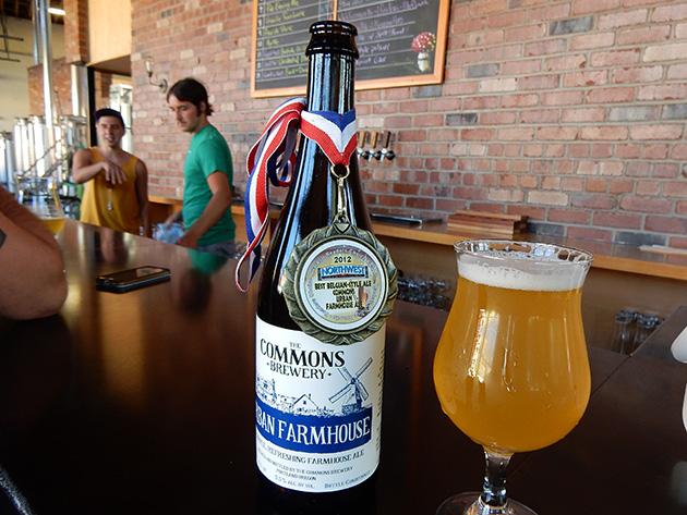 コモンズ・ブルワリーにて。ストロング・ダーク・ラガーからベルギースタイルまでいろんな種類ビールに果実のサイダー(お酒です)なども出す Photo © Michiko Ono Amsden