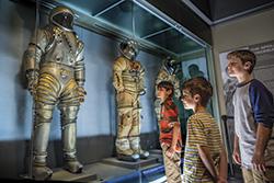 アポロの宇宙服の展示 Photo: Kennedy Space Center