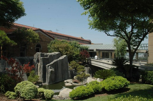 ロサンゼルス・リトル東京の近く、ボイルハイツにある敬老の施設の入り口。日本庭園もある Photo © Mirei Sato