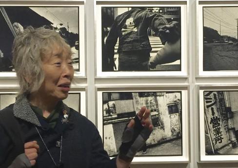 ゲッティーで、自身の作品「横須賀シリーズ」を前に話す、写真家の石内都さん Photo © Mirei Sato
