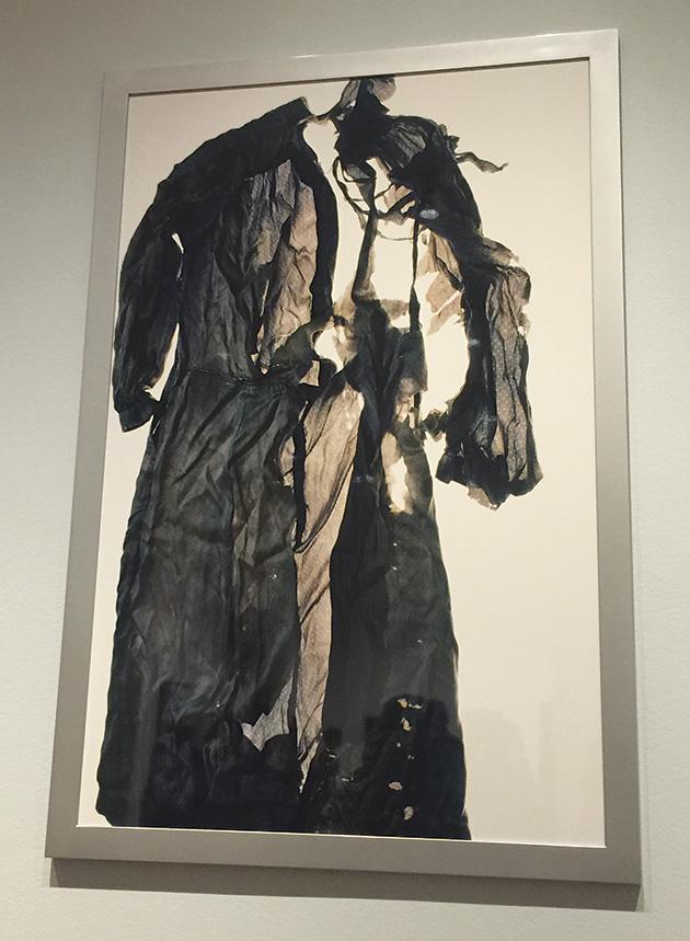 「コム・デ・ギャルソン」と呼ぶドレス。 作品クレジット「ひろしま/hiroshima #71, 2007」Collection of Ishiuchi Miyako © Ishiuchi Miyako / 展示撮影 Photo © Mirei Sato