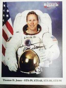 宇宙服に身を包んだジョーンズさんのサイン入り写真 Photo © Mirei Sato
