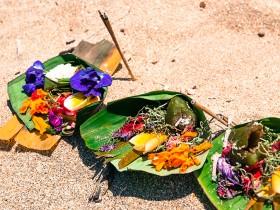 ビーチに置かれたチャナン(花の供物) Photo © Nobutoshi Mizushima