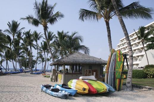 マウナラニのビーチ。シュノーケルなどのレンタルもできる Photo © Mirei Sato
