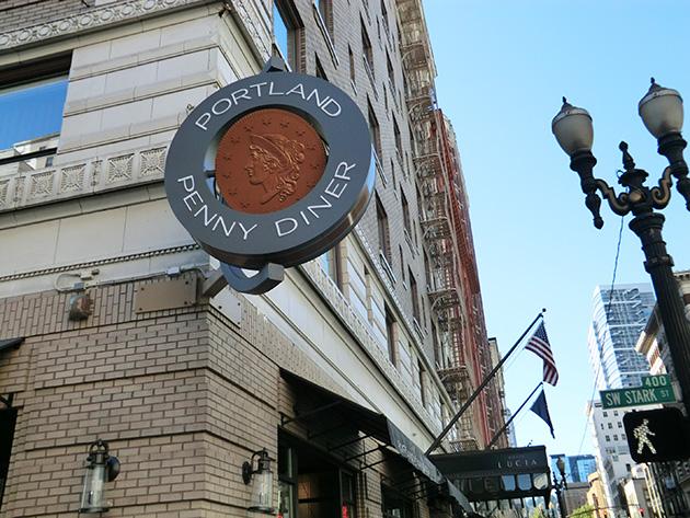 名前を決めたポートランド・ペニーの表裏がクルクルと回るレストランの看板 Photo © Michiko Ono Amsden