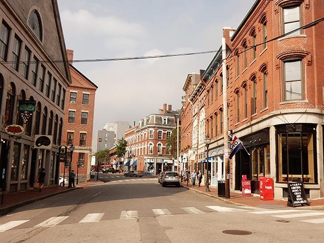 レンガ造りのビクトリア様式の建物が並ぶメイン州ポートランドの街並み Photo © Michiko Ono Amsden