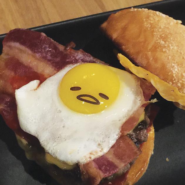 目玉焼きとしてミニハンバーガーにはさまった「ぐでたま」 Photo © Mirei Sato