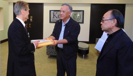 2015年11月18日、ボイルハイツの敬老の施設をたずねて署名を渡す「敬老を守る会」のメンバー(左が守る会の入江健二医師、右が守る会代表のチャールズ・井川氏) 写真提供:敬老を守る会 Photo courtesy of Save Keiro