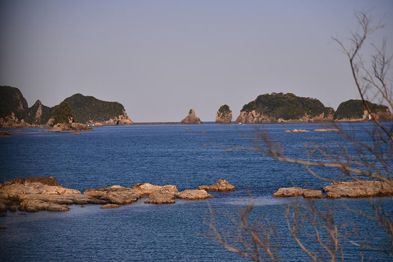 紀勢本線から美しい海岸線を眺める。遥か彼方は西海岸だ Photo © Naonori Kohira