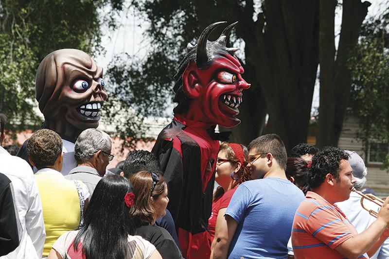 マスカラーダス。仮面をかぶって群衆を脅かしつつ、楽しませる Photo © Mirei Sato