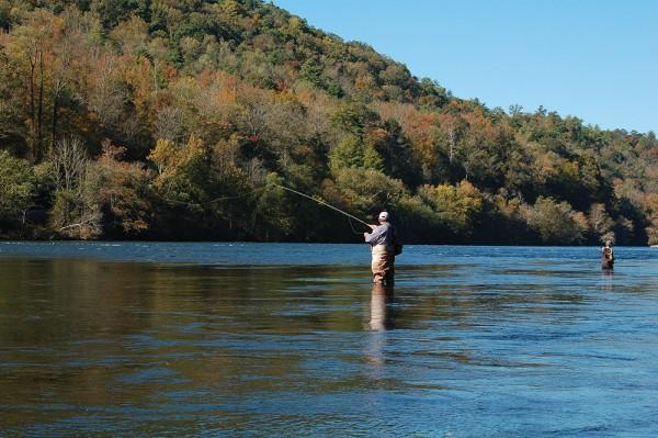 ウェイダーをつけて川に入り、フライフィッシングをする人たちPhoto © Mirei Sato