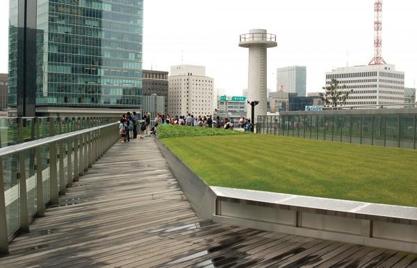東京駅の向かい「KITTE」の6階テラスからは、駅舎がよく見えるPhoto © Mirei Sato