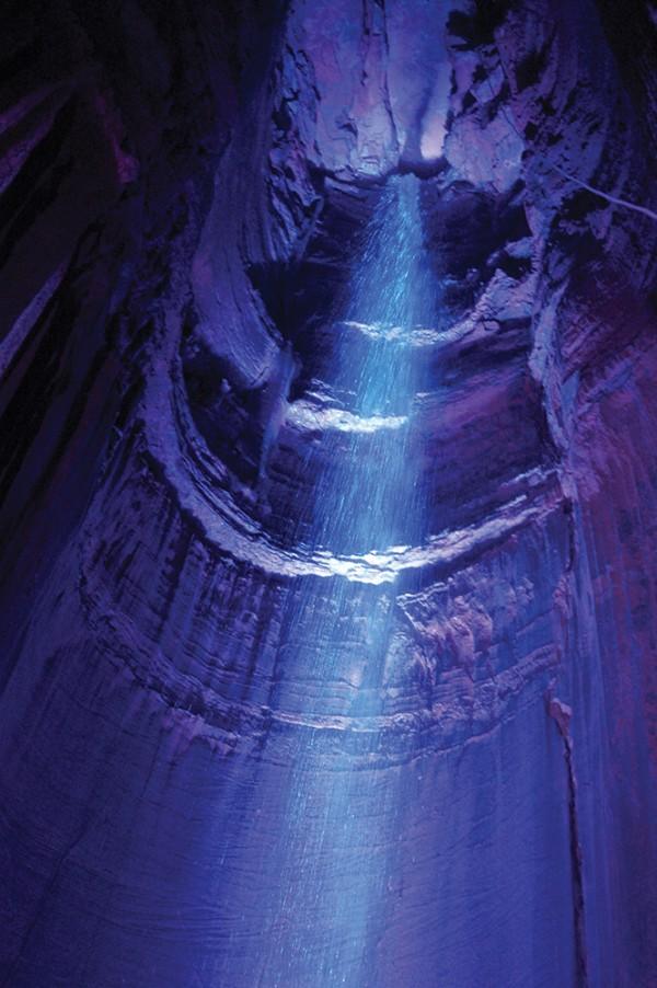 照明に浮かび上がる滝「ルビー・フォールズ」。落ちてくる水の勢いに圧倒されるPhoto © Mirei Sato