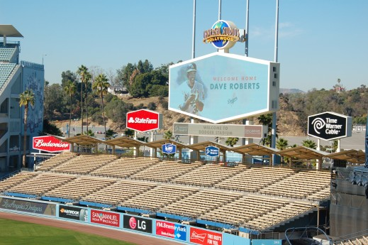 ドジャースタジアムの電光掲示板に「Welcome Home Dave Roberts」の文字が Photo © Mirei Sato
