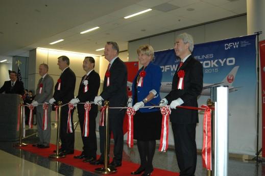<テープカットにて。(レッドカーペット上左から)ショーン・ドナヒューDFW国際空港CEO、マイク・ローリングス・ダラス市長、大西賢JAL会長、ダグ・パーカー・アメリカン航空会長兼CEO、ベッツィー・プライス・フォートワース市長、髙岡望総領事>