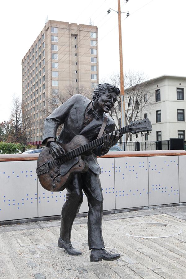 セントルイスの街角に立つチャック・ベリー像。ロックンロールを作ったのはこの人だPhoto © Yoshifumi Kawabata