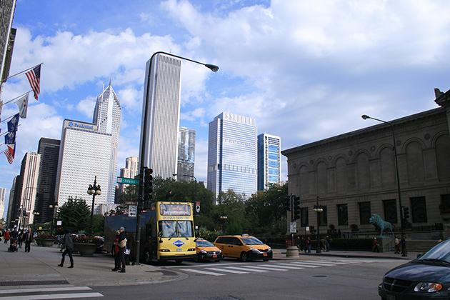 青空のシカゴ歩き Photo © Mirei Sato