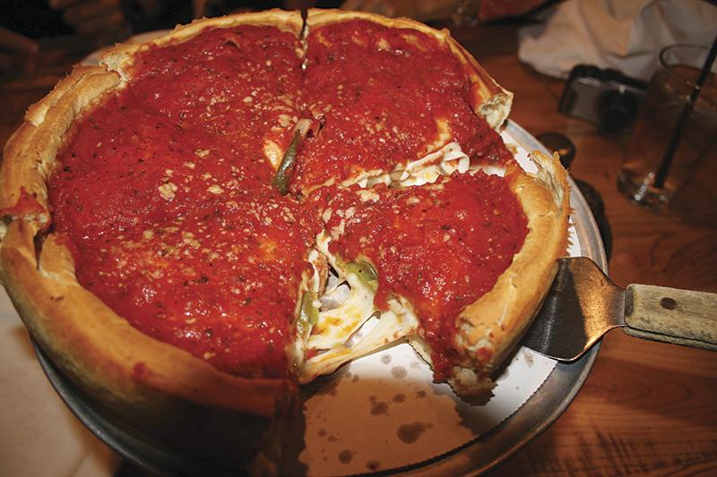 シカゴ名物ディープ・ディッシュ・ピザで、「おつかれさまー」 Photo © Mirei Sato
