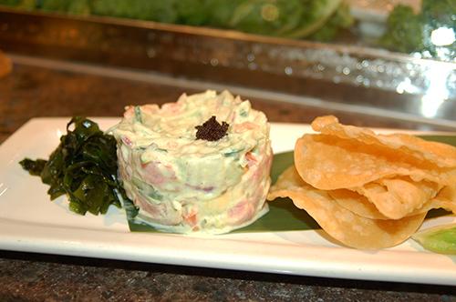 いせしまで人気のアペタイザー「Spicy Tuna Dip」。キュウリ、ツナ、トマトをマヨネーズであえ、トルティーヤチップスを添えて Photo © Mirei Sato