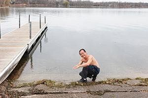 ミネアポリス郊外のミネトンカ湖で清めの儀式を行った筆者は大のプリンスファン。寒いのにわざわざ上半身裸だPhoto © Yoshifumi Kawabata