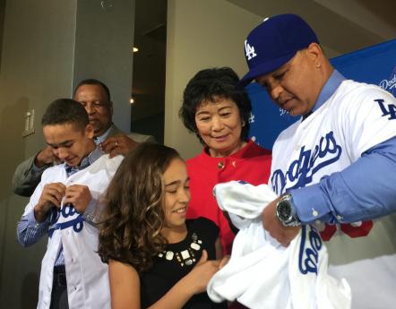 父母と一緒に、息子と娘にドジャースのユニフォームを着せる、デーブ・ロバーツ新監督(右) Photo © Mirei Sato