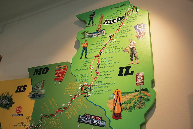 ジョリエットのウェルカムセンターに飾ってある地図。これから向かうルート66沿いの地名や名物に、ワクワクする Photo © Mirei Sato