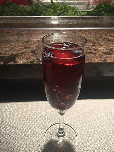 ジェリー酒カクテル「Ise Shima's Sunset」。ポメグラネト、シャンペン、ブルーベリー、ピーチ味のスパークリング・ジェリー酒 Photo © Mirei Sato