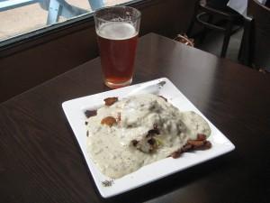 セントルイス名物の「スリンガー」。グレイビーの下にポテトや目玉焼きが埋まっている。これに「朝ビール」をセットで!Photo © Mirei Sato
