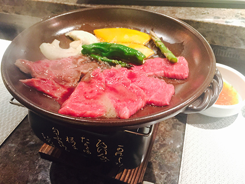 和牛の陶板焼き Photo © Mirei Sato