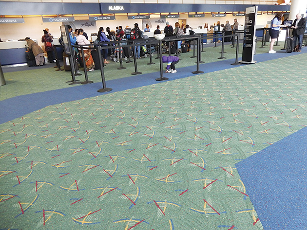 チェックインスペースも新パターンのカーペット敷き Photo © Michiko Ono Amsden